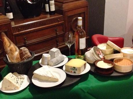 ワゴンのチーズが選べる「プラトー・ド・フロマージュ」