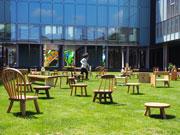 松本市美術館で「子ども椅子展」-中庭の芝生に椅子70脚