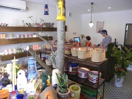 さまざまな雑貨が並ぶ店内