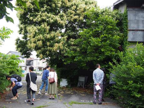 空き家を周辺を見て回る参加者たち