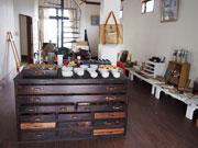 松本・里山辺で「ごっこ社の小さな画材市」-画材や額縁中心に、民芸品も