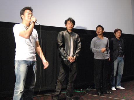 舞台あいさつの様子(写真左から遠藤さん、佐藤さん、三四六さん、谷監督)