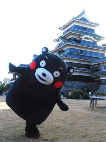 松本城で「サプライズ」のポーズを決めるくまモン