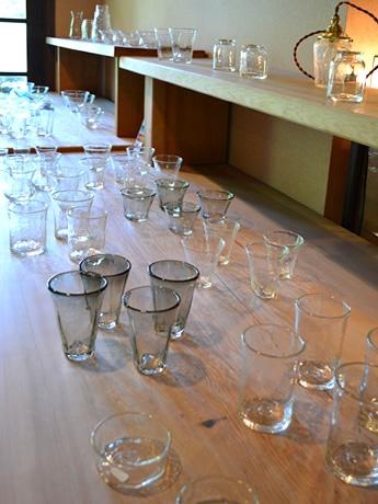 涼しげなガラスの器が並ぶ