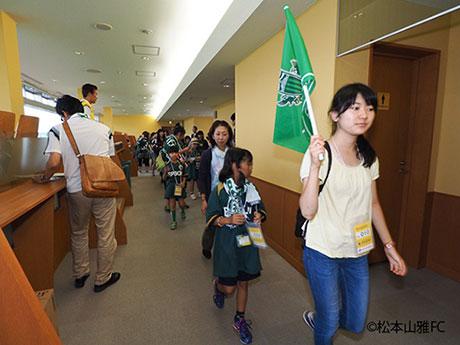 スタジアムツアーでは学生が案内©松本山雅FC