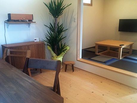 地元木工作家の椅子やキャビネット、スピーカーなども展示