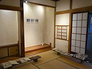 松本のゲストハウスで写真展 和室に合わせ、「五感で感じる」空間に