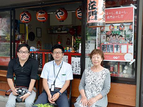 たこ焼きと焼き鳥の店「左門」(写真左から宮川さん、市川さん、田中さん)