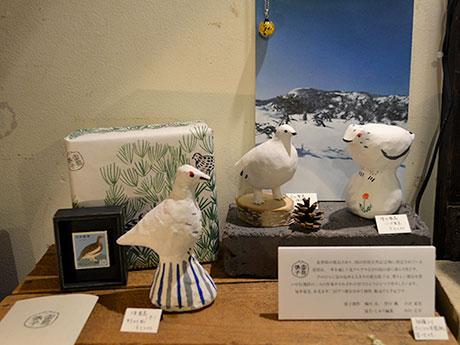 (写真左から)野村さん、梅川さん、小沢さんが制作した「雷鳥張子」