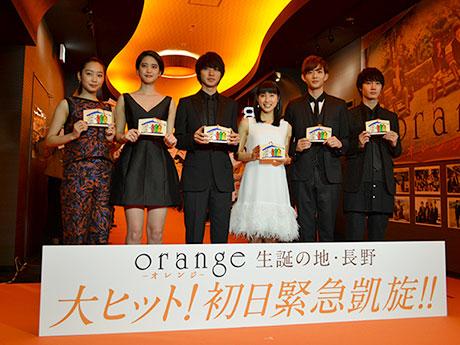 「オレンジカーペット」で絵馬を手にする土屋太鳳さんらキャスト6人