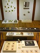 松本のギャラリーカフェで「ブローチ展」 さまざまな素材の200点