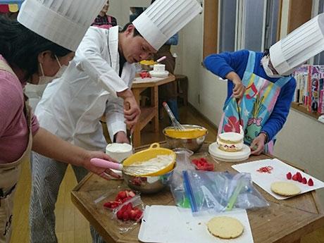 出張パティシエで一緒にケーキを作る脇さん(写真中央)