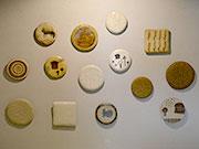 松本のカフェギャラリーで陶芸作家が個展 レリーフ、額付き絵画など150点