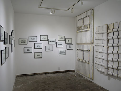 ドローイング作品とともに「初代の家」も並ぶ