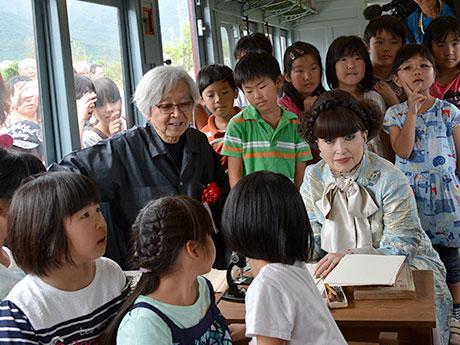 教室内で子どもたちと交流する黒柳さんと山田さん