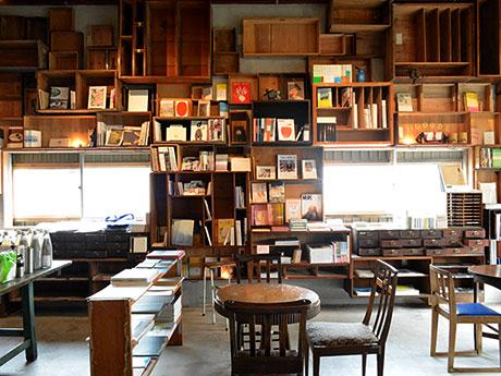 2階には書籍や雑貨が並ぶ