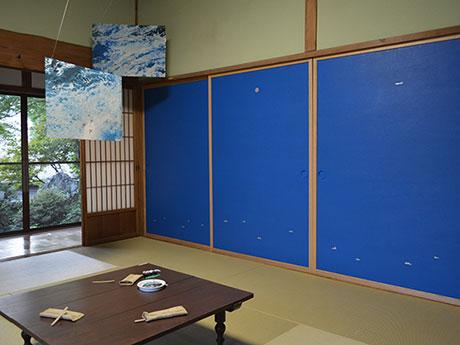 「昼」の空間には青い空と海が広がる