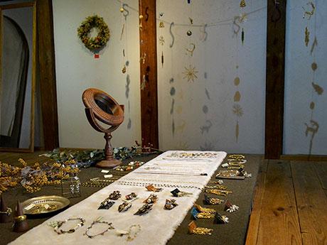 多彩なアクセサリーのほかオブジェも展示