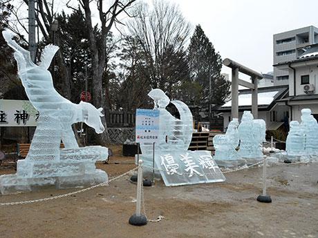松本城大手門枡形跡広場の「氷像特別展示」