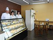 松本・県の「ファンタスト」8年ぶり販売再開 シフォン・ロールケーキ専門店として