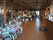 松本の老舗自転車店「ミツワ」がリニューアル 小売り強化、多様な自転車600台