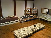 松本で陶芸家・戸津圭一郎さん個展 「料理が映える」粉引の器180点