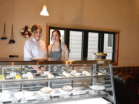 パティシエの古都乃さん(写真左)。短大生の妹も店を手伝う