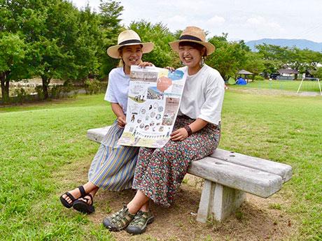 ポスターを手にする島さん(写真左)と浅川さん
