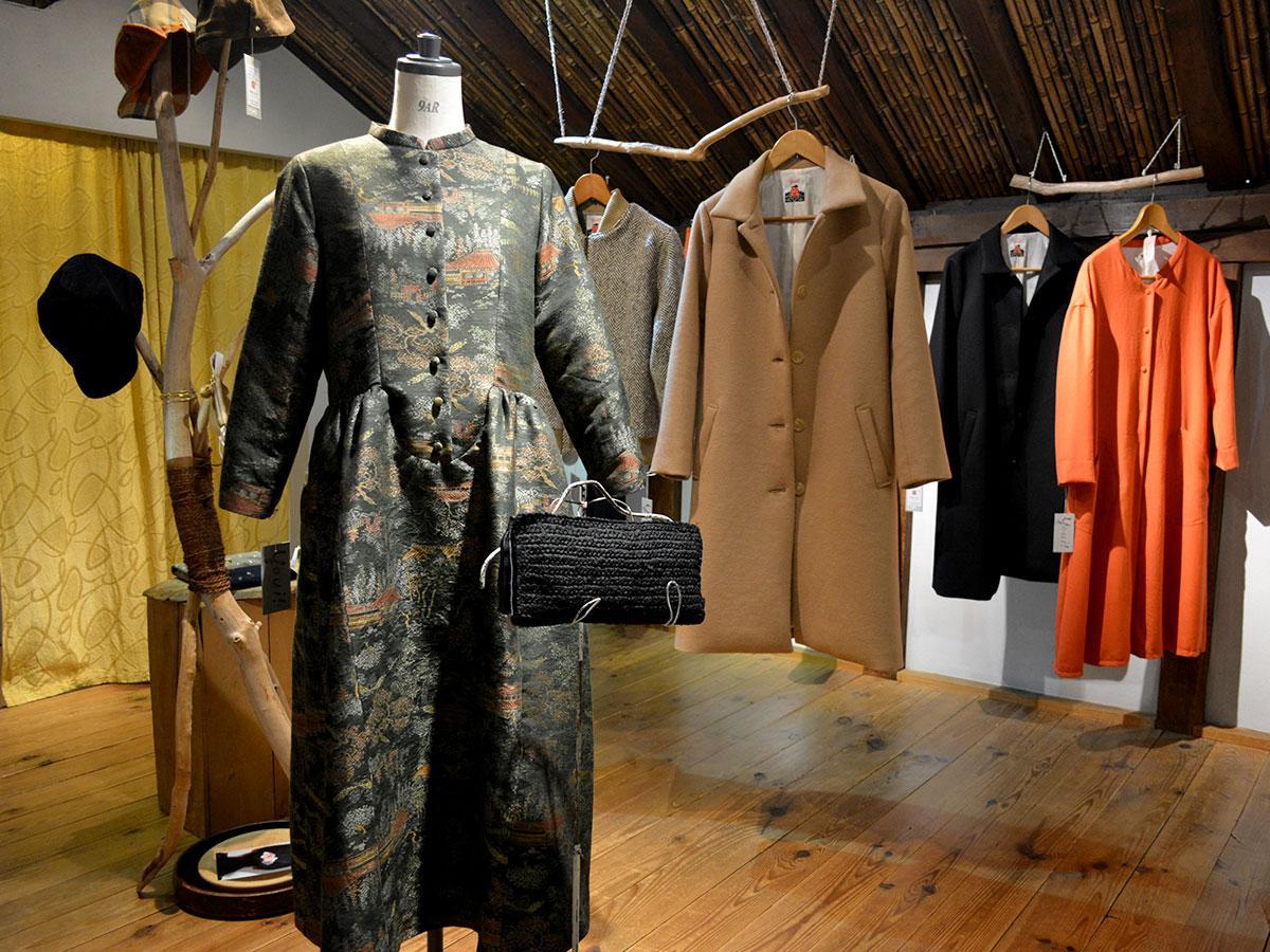 着物の生地を使ったワンピース(手前)やコートなどが並ぶ