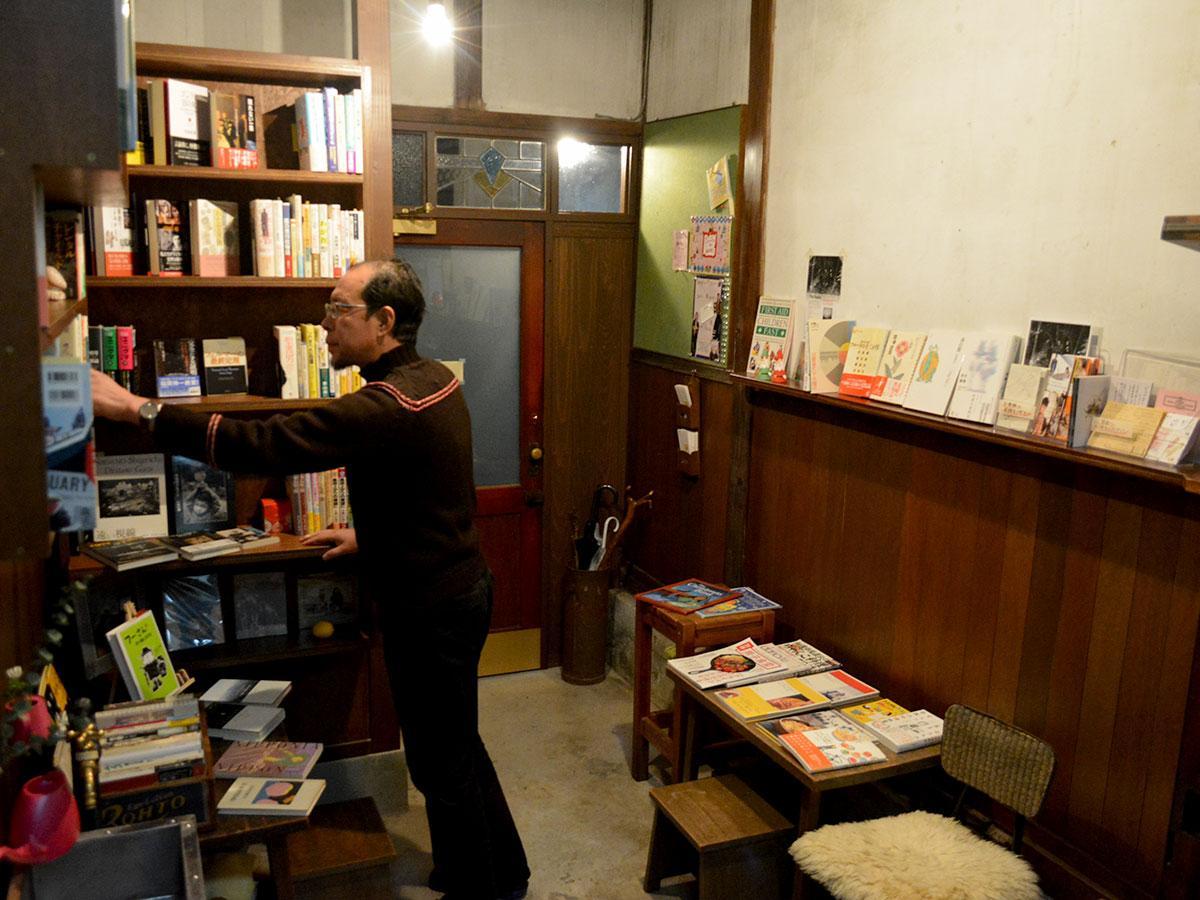 店内の至るところに本が並ぶ