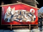 松本の護国神社に「大絵馬」 犬の寄り添う姿、「励まし支え合う」願い込め