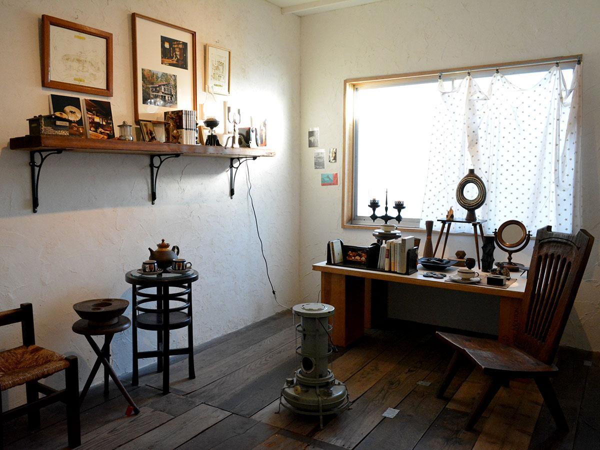 古道具と共に写真や原画が展示されている