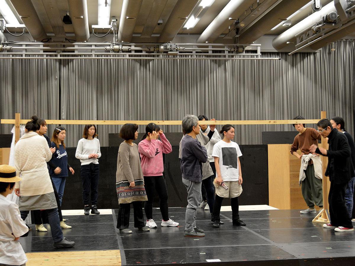 12日に行われた稽古。加藤さん(写真右)の指導を受け、せりふや動きを自分のものにしていく