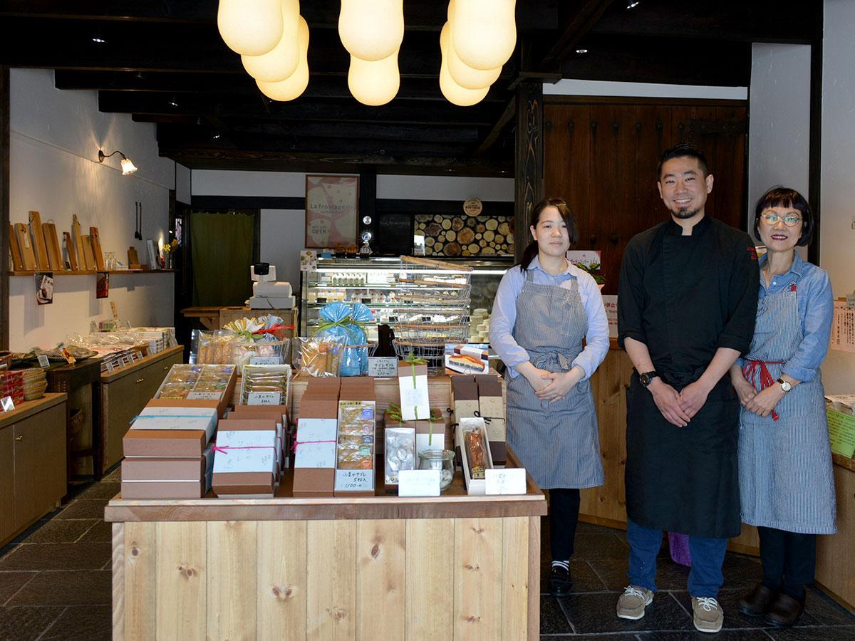 「地元の人も観光客も利用できる店に」と話す栗田さん(写真中央)とスタッフ