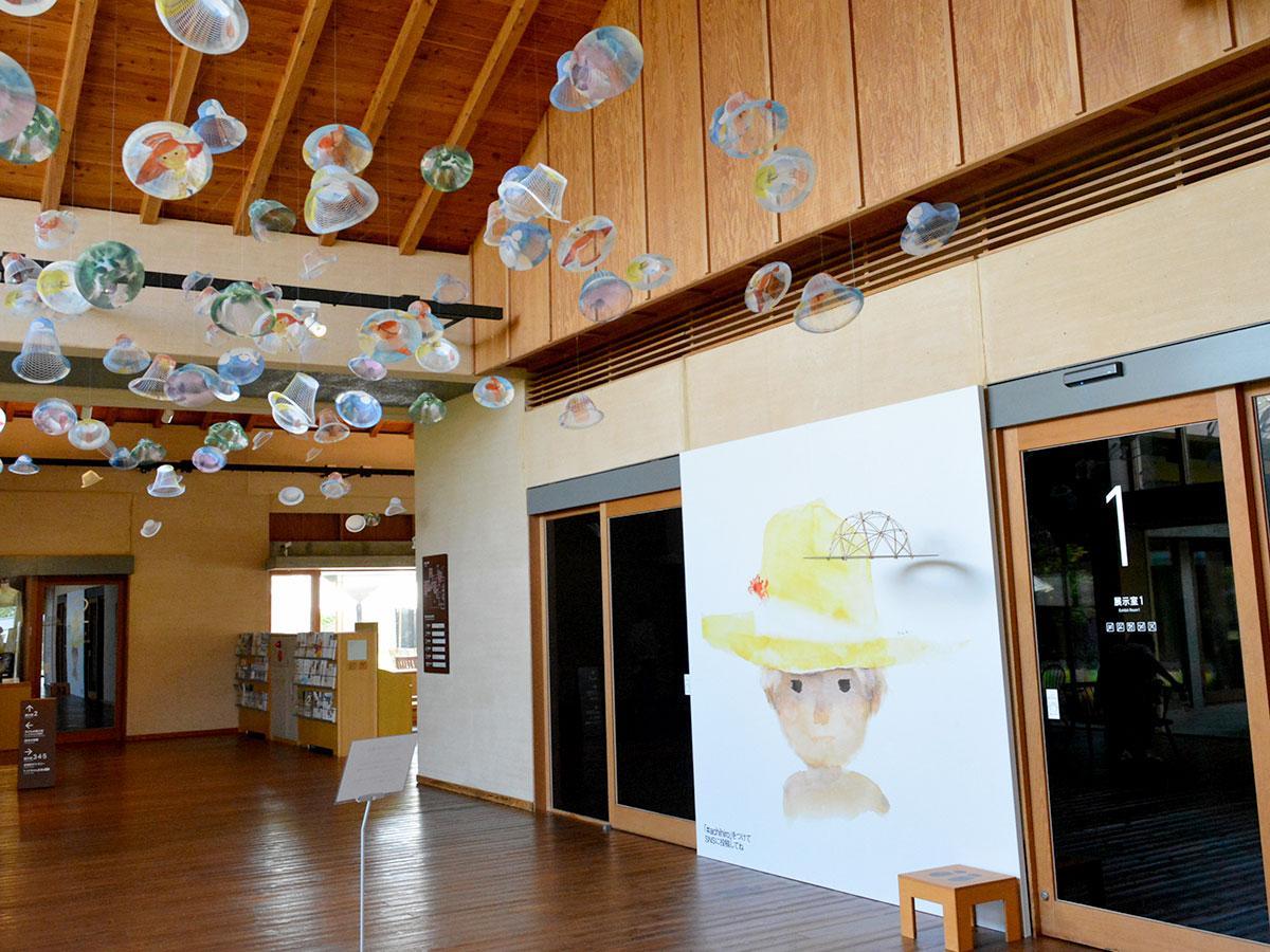 展示室前には「空気の器」を使ったインスタレーションや撮影スポットも