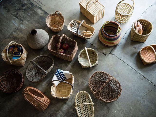 岡山の籠をはじめ、国内外のさまざまな籠が並ぶ