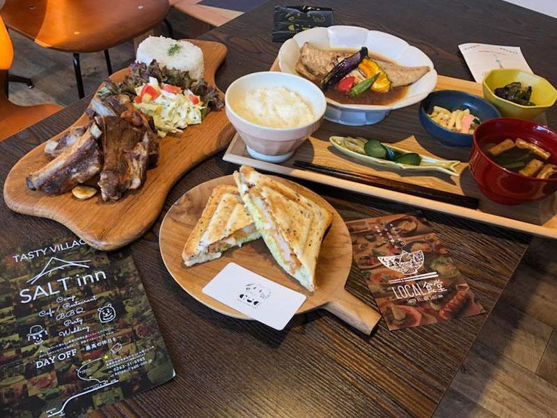 写真左から、「CAMP屋のスペアリブ定食」(TASTY VIILAGE SALT inn)、「ぷりぷり海老カツ味噌マヨソース」(CUE Cafe)、「各種定食メニュー おみそ汁付き」(LOCAL食堂)