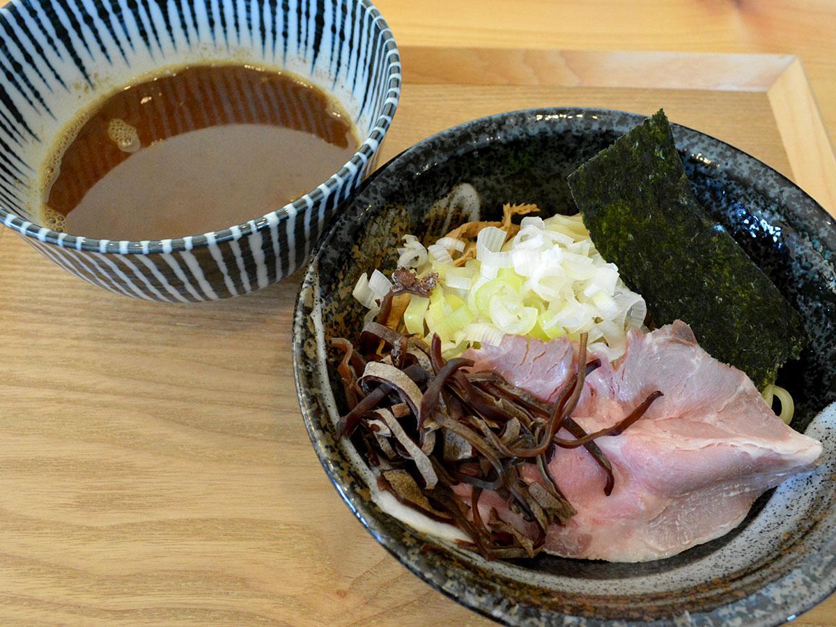 極太麺で提供する「つけそば~魚介鶏白湯~」