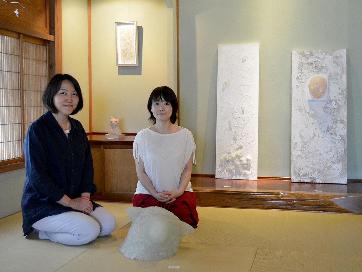 飯塚さん(写真左)と大塚さん。10月28日は二人が在廊予定