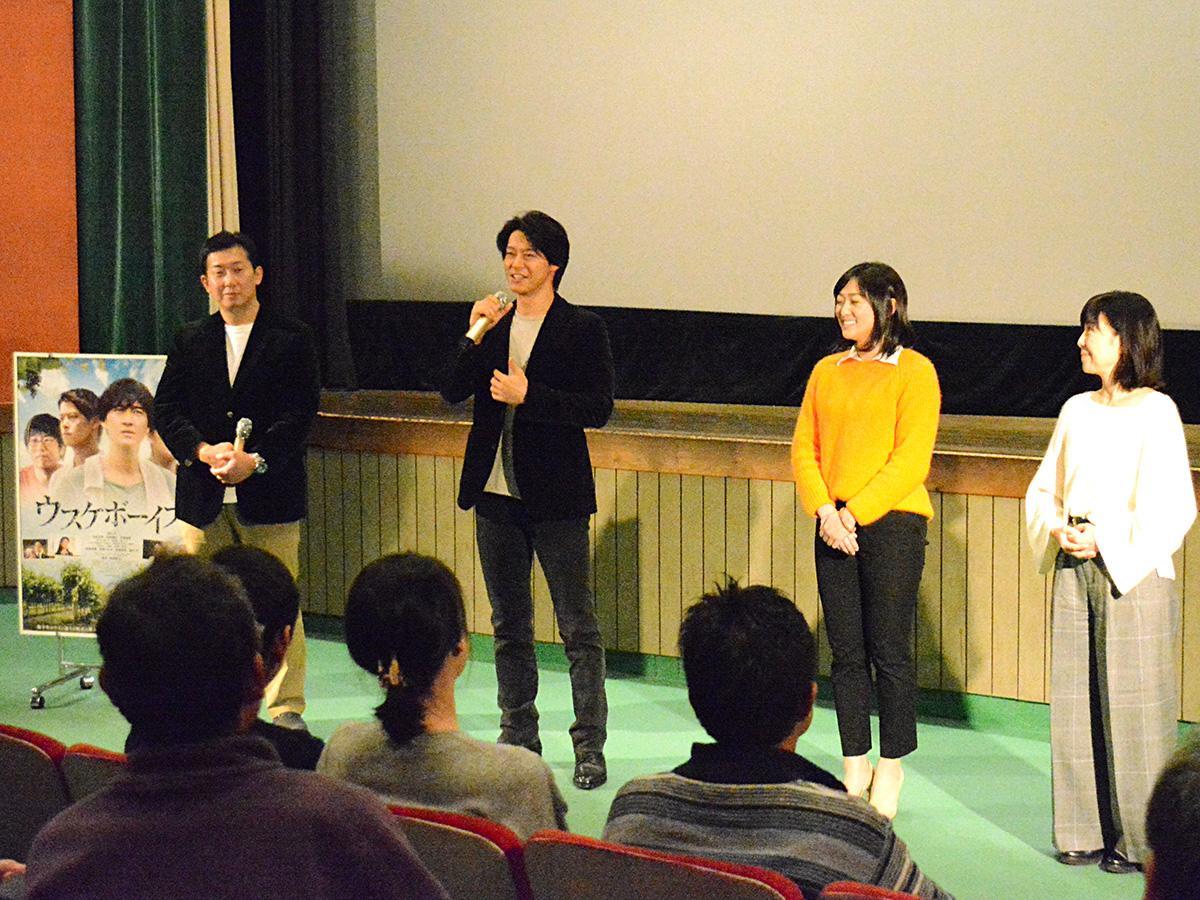 舞台あいさつの様子。(写真左から、柿崎監督、出合さん、竹島さん、伊藤さん)