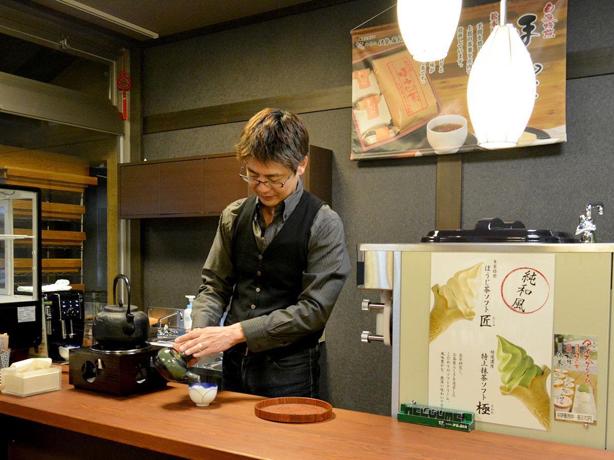 店内に新たに設けた提供スペースでお茶を入れる丸山さん