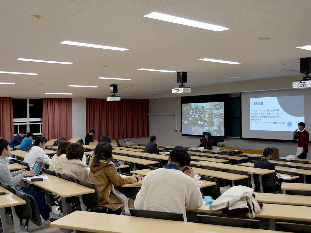 信州大学松本キャンパスでは、学生や教員、約30人が参加した