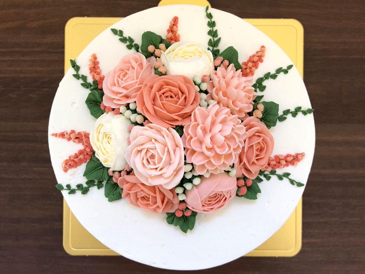 ショートケーキにバタークリームの花を飾った「フラワーケーキ」。5号ミニブーケタイプ6000円(税別)