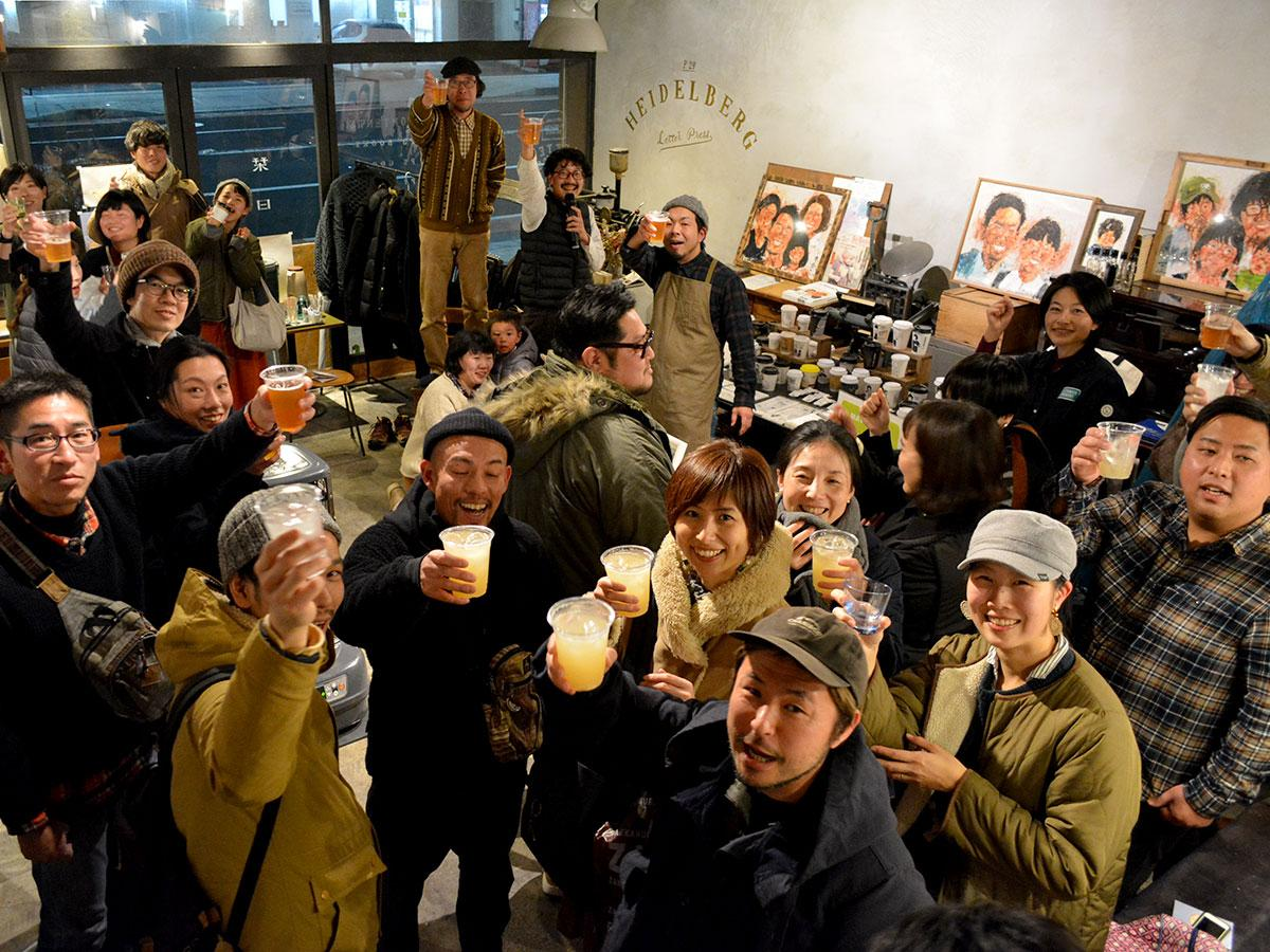 参加店舗のスタッフと来場者が一緒に「乾杯」したオープニングパーティーの様子