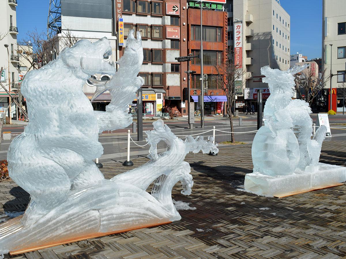 松本駅前広場で展示されている氷像作品