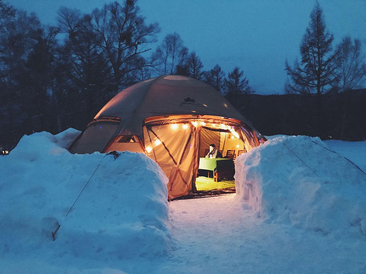グランピング用テントを設置。テントの周りは雪の壁で囲う