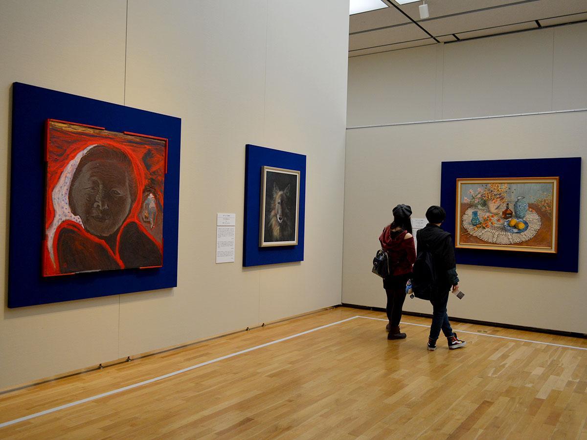 会場の様子。一番左の作品がグランプリ天衣賞を受賞した家近健二さん「想」