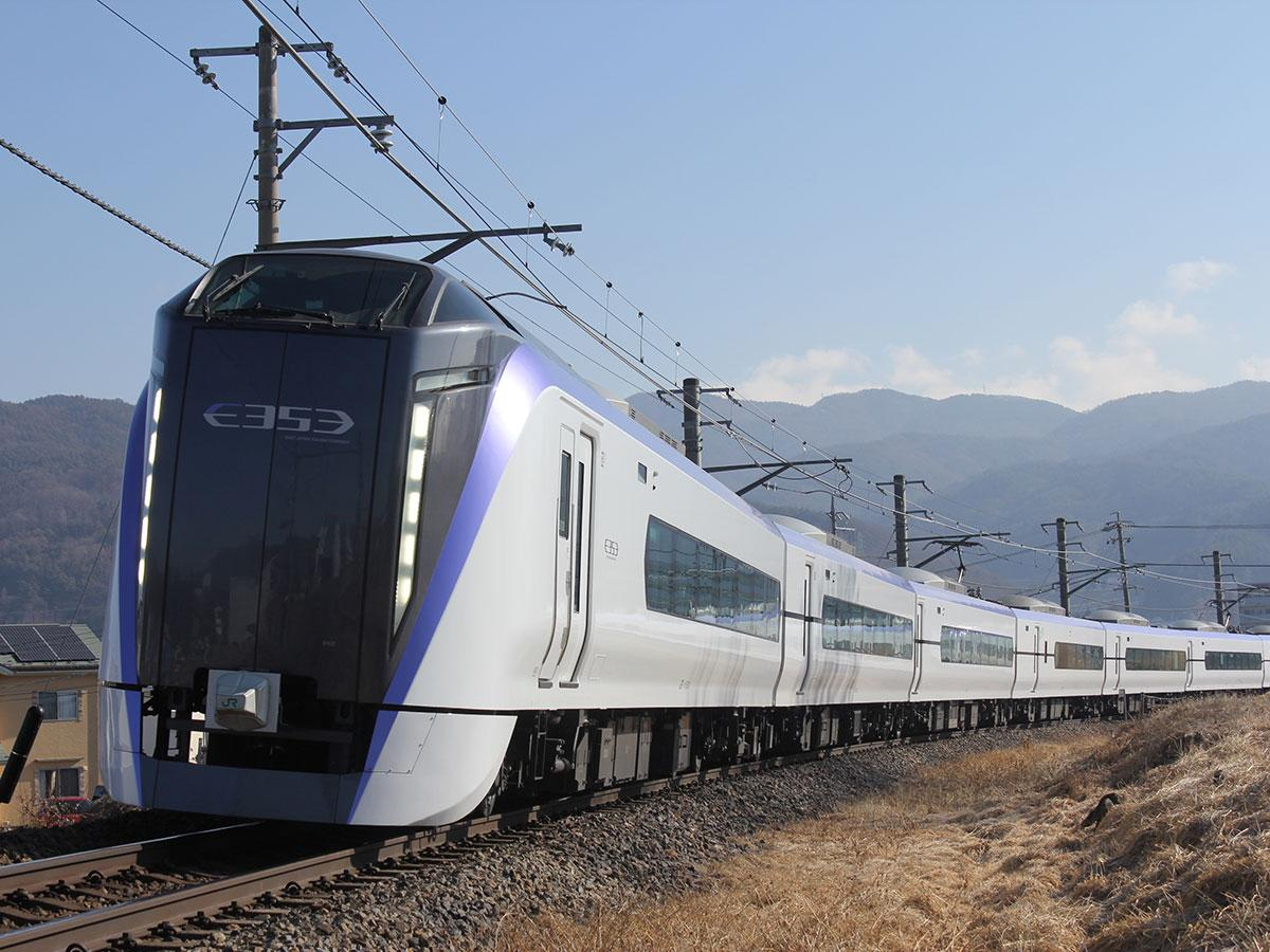各座席にテーブルとコンセント、可動式マクラを設置するE353系(提供:JR東日本長野支社)