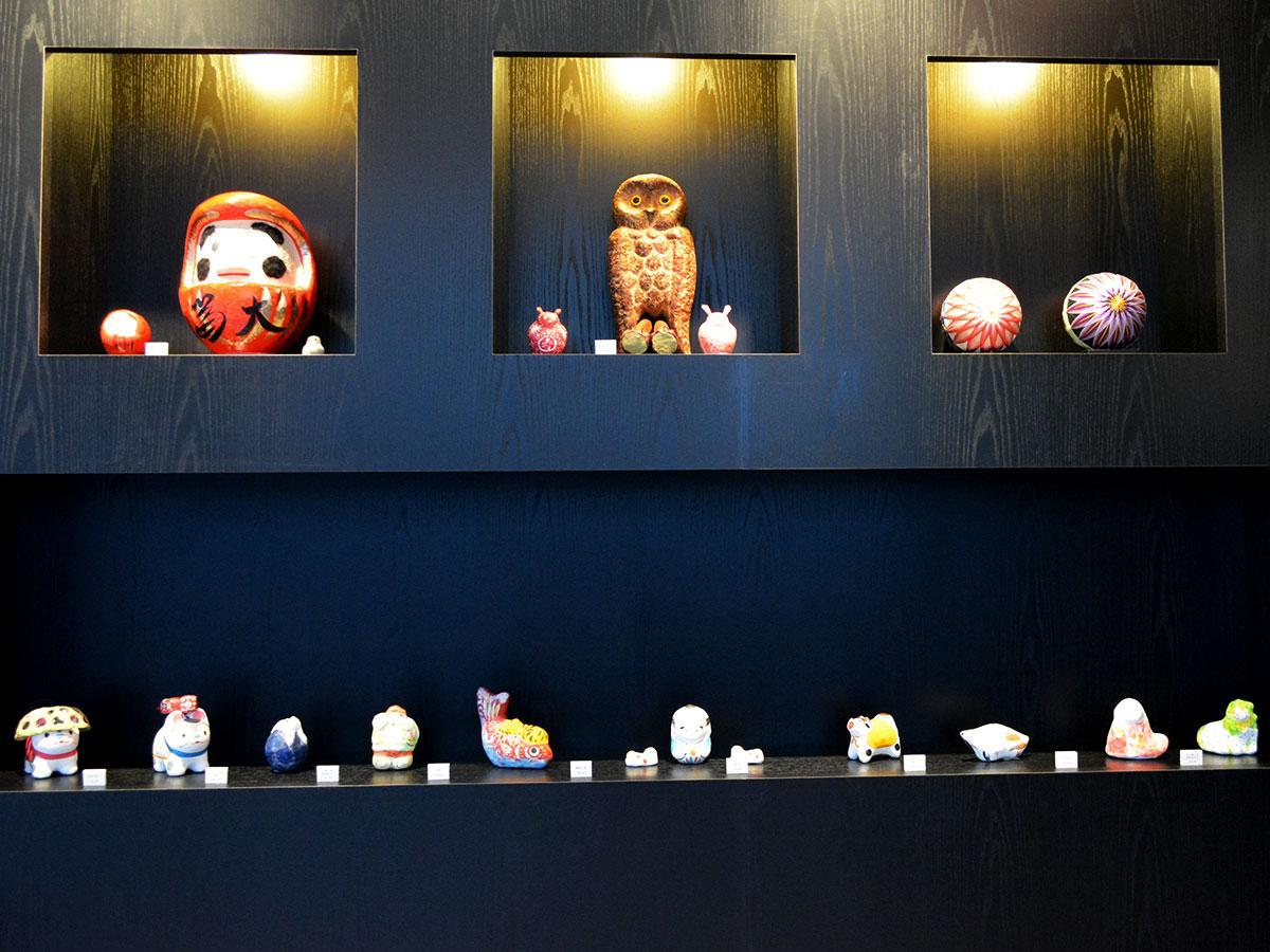 松本だるまなどの民芸品と一緒に飾ったスペースも