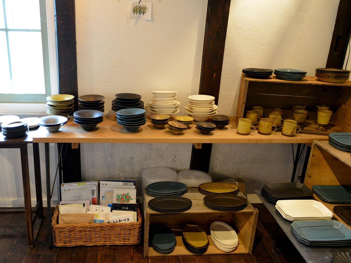 多彩な皿を中心にさまざまなアイテムが並ぶ